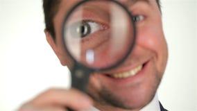 Αρσενικό που κοιτάζει μέσω της ενίσχυσης - γυαλί φιλμ μικρού μήκους