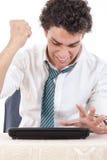 Αρσενικό που ματαιώνεται με τη συνεδρίαση εργασίας μπροστά από το lap-top με το εκτάριό του Στοκ εικόνες με δικαίωμα ελεύθερης χρήσης