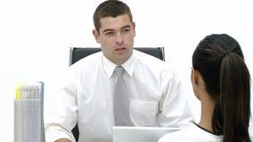 Αρσενικό που μιλά σε μια γυναίκα υπάλληλος απόθεμα βίντεο