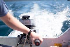 Αρσενικό που οδηγεί τη βάρκα στη λίμνη στοκ εικόνα με δικαίωμα ελεύθερης χρήσης