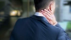 Αρσενικό που πάσχει από τον πόνο λαιμών, στατικός τρόπος ζωής, έλλειψη σωματικής δραστηριότητας στοκ εικόνα με δικαίωμα ελεύθερης χρήσης