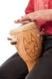 Αρσενικό που παίζει το αφρικανικό τύμπανο στην περιτύλιξή του Στοκ εικόνες με δικαίωμα ελεύθερης χρήσης