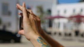Αρσενικό που παίρνει το βίντεο με το κινητό τηλέφωνό του, που χρησιμοποιεί τη συσκευή στις διακοπές, κινηματογράφηση σε πρώτο πλά απόθεμα βίντεο