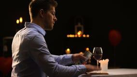 Αρσενικό που πληρώνει με τα μετρητά δολαρίων στο πολυτελές εστιατόριο μετά από το εύγευστο γεύμα απόθεμα βίντεο