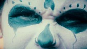 Αρσενικό πρόσωπο με τρομακτικές αποκριές makeup που κοιτάζουν σκληρά στη κάμερα, εκφοβισμός απόθεμα βίντεο