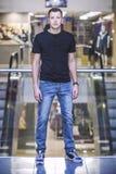 Αρσενικό, πρότυπο, μόδα, σύγχρονα ενδύματα μέσα στο κτήριο, το CE Στοκ Φωτογραφία