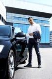 Αρσενικό πρότυπο που στέκεται κοντά στο αυτοκίνητο Στοκ φωτογραφία με δικαίωμα ελεύθερης χρήσης