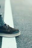 Αρσενικό πόδι που στέκεται στην άσπρη γραμμή Πέρασμα της έννοιας γραμμών Στοκ εικόνες με δικαίωμα ελεύθερης χρήσης
