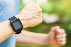 Αρσενικό δρομέων έξω με το έξυπνο ρολόι του Στοκ εικόνα με δικαίωμα ελεύθερης χρήσης