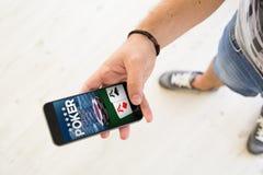 αρσενικό σε απευθείας σύνδεση smartphone πόκερ χεριών Στοκ Εικόνα