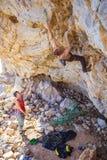 Αρσενικό σχοινί ψαλιδίσματος ορειβατών, συνεργατών του Στοκ φωτογραφία με δικαίωμα ελεύθερης χρήσης