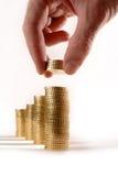Αρσενικό τα ευρο- νομίσματα που συσσωρεύονται που μαζεύει με το χέρι στους σωρούς Στοκ Φωτογραφία