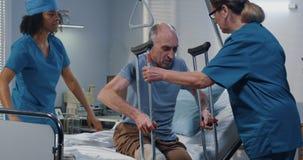 Αρσενικό υπομονετικό χρησιμοποιώντας δεκανίκι στο νοσοκομείο στοκ εικόνες
