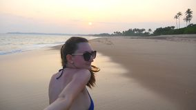 Αρσενικό χέρι εκμετάλλευσης κοριτσιών και τρέξιμο στην τροπική εξωτική παραλία κοντά στον ωκεανό Με ακολουθήστε πυροβολισμός του  απόθεμα βίντεο