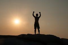 Αρσενικό χέρι εκμετάλλευσης επάνω και εκφράζοντας το gladness στοκ εικόνα
