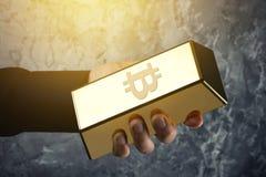 Αρσενικό χέρι και χρυσή ράβδος με το σύμβολο Bitcoin σε το Στοκ Εικόνες