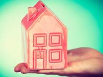 Αρσενικό χέρι με λίγο κόκκινο σπίτι Στοκ εικόνες με δικαίωμα ελεύθερης χρήσης