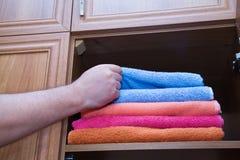 Αρσενικό χέρι με μια πετσέτα λουτρών Στοκ Εικόνες