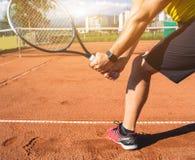 Αρσενικό χέρι με τη ρακέτα αντισφαίρισης στοκ εικόνες
