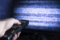 Αρσενικό χέρι με τον τηλεχειρισμό από τη TV στοκ φωτογραφία με δικαίωμα ελεύθερης χρήσης
