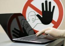 Αρσενικό χέρι με το γάντι στο σημειωματάριο Στοκ Εικόνες