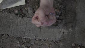 Αρσενικό χέρι με το κάψιμο της κινηματογράφησης σε πρώτο πλάνο πυρκαγιάς Ο τύπος που σφίγγει την εξαφάνιση πυγμών και πυρκαγιάς Η απόθεμα βίντεο
