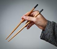 Αρσενικό χέρι με chopsticks στοκ φωτογραφία με δικαίωμα ελεύθερης χρήσης