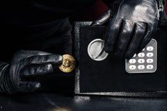 Αρσενικό χέρι που κλέβει το χρυσό bitcoin στοκ φωτογραφία με δικαίωμα ελεύθερης χρήσης