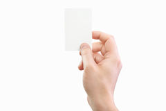 Αρσενικό χέρι που κρατά την άσπρη επαγγελματική κάρτα στο απομονωμένο υπόβαθρο Στοκ Φωτογραφίες