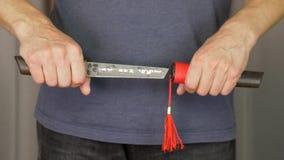 Αρσενικό χέρι που κρατά το ιαπωνικό μαχαίρι tanto andvinsert στο θηκάρι για μόνο - υπεράσπιση απόθεμα βίντεο