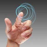 Αρσενικό χέρι που λειτουργεί στη διαπροσωπεία οθόνης αφής στοκ φωτογραφία