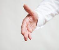 Αρσενικό χέρι που παρουσιάζει μια χειρονομία μιας υποστήριξης στοκ φωτογραφίες