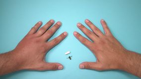 Αρσενικό χέρι που τσιμπιέται από τη μέλισσα και το φάρμακο για τη διόγκωση δίπλα σε το Το χέρι που πρήζεται, ανάφλεξη, ερυθρότητα απόθεμα βίντεο