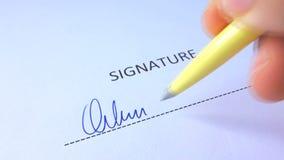 Αρσενικό χέρι που υπογράφει την υπογραφή απόθεμα βίντεο