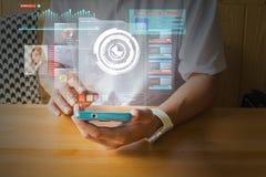 Αρσενικό χέρι που χρησιμοποιεί το ψηφιακό ασύρματο έξυπνο τηλέφωνο με Virutal Realit στοκ εικόνα