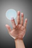 Αρσενικό χέρι που ωθεί στη διαπροσωπεία οθόνης αφής στοκ φωτογραφία με δικαίωμα ελεύθερης χρήσης