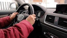 Αρσενικό χέρι στη ρόδα του αυτοκινήτου Στοκ Εικόνες