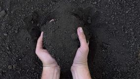 Αρσενικό χέρι σχετικά με το έδαφος, που ελέγχει την ποιότητα, σε αργή κίνηση απόθεμα βίντεο