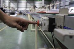 Αρσενικό χεριών ωθώντας κουμπί στάσεων έκτακτης ανάγκης κόκκινο Στοκ εικόνα με δικαίωμα ελεύθερης χρήσης