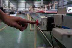 Αρσενικό χεριών ωθώντας κουμπί στάσεων έκτακτης ανάγκης κόκκινο Στοκ φωτογραφίες με δικαίωμα ελεύθερης χρήσης