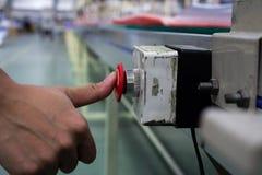 Αρσενικό χεριών ωθώντας κουμπί στάσεων έκτακτης ανάγκης κόκκινο Στοκ εικόνες με δικαίωμα ελεύθερης χρήσης