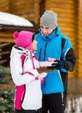 Αρσενικό δόσιμο παρόν στη γυναίκα Στοκ εικόνα με δικαίωμα ελεύθερης χρήσης