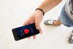 αρσενικό app υγείας χεριών smartphone Στοκ Εικόνες