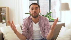 Αρσενικό blogger που στο σπίτι απόθεμα βίντεο
