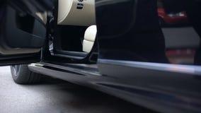Αρσενικό formalwear να πάρει στο μαύρο ακριβό αυτοκίνητο, επιτυχής επιχείρηση, ξεκίνημα φιλμ μικρού μήκους