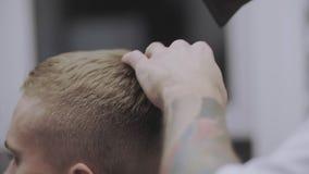 Αρσενικό hairstyle στο σαλόνι Ξήρανση τρίχας ατόμων στο κατάστημα κουρέων Τρίχα προσδιορισμού κουρέων απόθεμα βίντεο