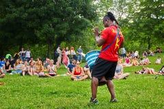 Αρσενικό percussionist αφροαμερικάνων που παίζει το bongo τυμπάνων djembe του μπροστά από το ακροατήριο στοκ φωτογραφίες με δικαίωμα ελεύθερης χρήσης