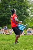 Αρσενικό percussionist αφροαμερικάνων που παίζει το bongo τυμπάνων djembe του μπροστά από το ακροατήριο στοκ φωτογραφία με δικαίωμα ελεύθερης χρήσης
