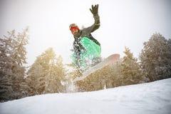 Αρσενικό snowboarder στη δράση Στοκ φωτογραφία με δικαίωμα ελεύθερης χρήσης