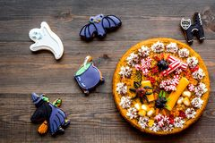 Αρτοποιείο και γλυκά αποκριών Πίτα κολοκύθας, gummy αράχνες, μπισκότα μελοψωμάτων στην ξύλινη τοπ άποψη υποβάθρου Στοκ φωτογραφία με δικαίωμα ελεύθερης χρήσης